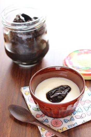 【プルーンの紅茶煮・ヨーグルトのせ】 足りていない『黒』はデザートでプラスしましょう。プルーンの紅茶煮を作っておくと、小腹がすいた時にちょっと摘めますし、お菓子作りにも使えます。