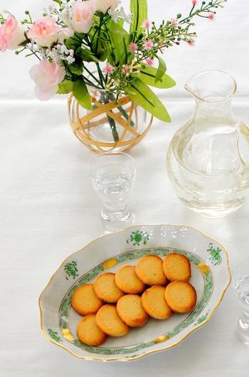 パルミジャーノ・レッジャーノに味噌を合わせた和風チーズクッキー。コクのあるチーズと味噌の深い味わいにアーモンドプードルの香ばしさが広がります。日本酒との相性もいい味なので、晩酌のお供にもおすすめです。