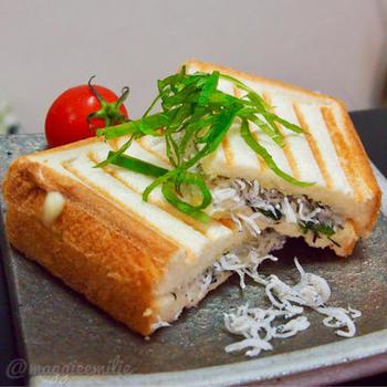 しらすとチーズの相性は抜群。そこに大葉をプラスしたとっても爽やかな香りを感じられるパニーニ。忙しい朝でも簡単に作れてカルシウムもバッチリ摂取できます。