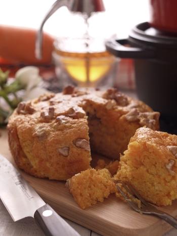 味噌の塩味と蜂蜜の甘味、くるみのカリッとした食感がおいしいにんじんの和風ケーキ。にんじんが苦手な方にもおすすめのレシピです。このレシピでは、型に「ストウブ」の鍋を使ってオーブンで焼き上げています。