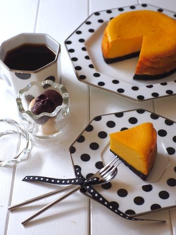 かぼちゃの甘みがやさしい、簡単パンプキンチーズケーキ。かぼちゃ、クリームチーズ、砂糖、卵、生クリームと振るった薄力粉を混ぜ合わせて焼くだけ。土台にオレオを使うのがポイントです。