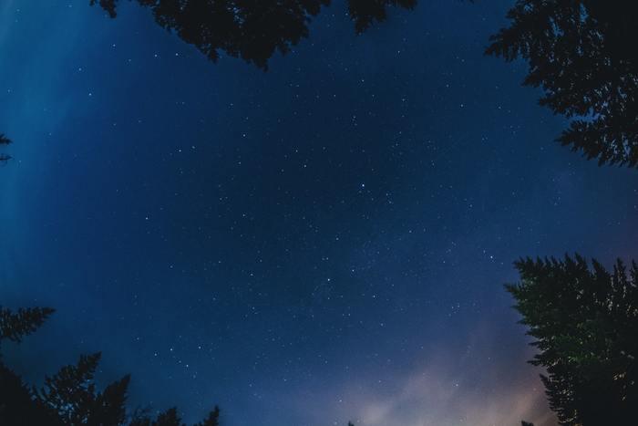 寒いけれど、空気が澄み渡る冬は天体観察にぴったりな季節。ただ見上げるだけでも癒される星空ですが、星座にまつわる神話も知っていれば、古代の人たちが星々に感じた神秘的な世界も感じることができるはず。一番空気が澄んでいるこのシーズンに、素敵な神話を持つ冬の星座を知って星空を見上げてみませんか。
