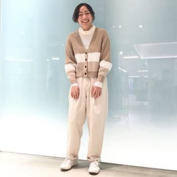 ホワイトパンツの冬コーデは、ニットを合わせて温かみのあるスタイリングに。ナチュラルカラーでまとめたワントーンコーデが、マニッシュな装いに柔らかさをプラスしてくれます。