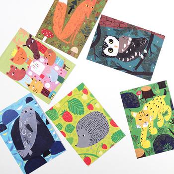 フィンランドで人気のイラストレーターのポストカードです。北欧の香り漂うセンスで、とってもオシャレ。送った後も飾って楽しんでもらいたい。