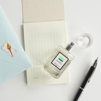 メッセージを書いたら、仕上げに香りの演出を加えるのはいかが?お気に入りの香りをカードにシュッとひと吹きすれば、香りも楽しめるカードに。封筒に入れれば、一層演出効果が楽しめます。