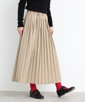 引き続き人気のプリーツスカート。ベージュやパステル系など柔らかい印象の色を選ぶと春先ま着回せます。シルエットのバランスが取りやすいロング丈を選ぶと合わせやすいですよ。