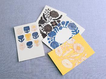独特な植物の図案が素敵なポストカードです。シックなものやアートが好きな大人に送りたいカードですね。