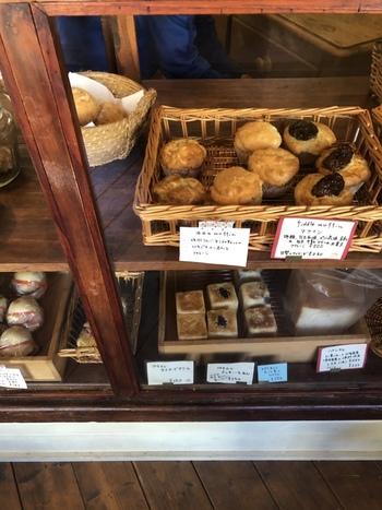 パンはショーウインドー内に。お店のスタッフに頼んで取っていただきます。