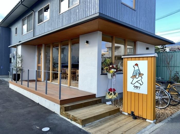 """2018年11月、松本城から600m、蟻ケ崎高校から数分のこまくさ通りにオープン。シロクマの看板が目印です。店内にはイートインスペース、ままごとセットや絵本を備えたキッズスペースが。 オーナーの加藤さんは松本出身で、軽井沢「浅野屋」で修業した方。奥さまもパン職人です。店名のcolorisはフランス語で""""彩り""""の意。"""