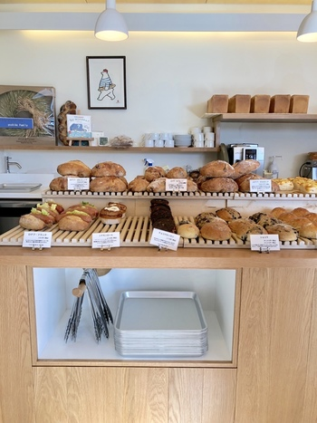 焼き上がった順に店頭に並べられるパンたち。 自家製酵母は地元産のりんごから起こしているとのこと。