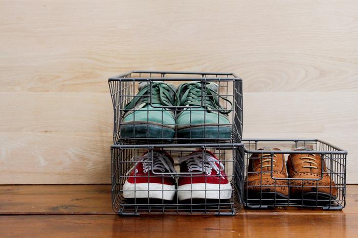 キッチン周りの小物の収納に便利な【PUEBCO(プエブコ)】のワイヤーボックス。元はシューズボックスとしてデザインされただけあって、スニーカーにぴったりのサイズで重ね置きも可能です。お気に入りのスニーカーが素敵なインテリアに変身します。