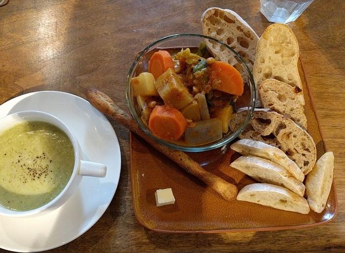 食事パンが本領を発揮するランチメニューのほか、インド料理も提供し、おいしさに定評が。