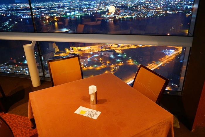 コスモタワーの48階にある<ワールドビュッフェ>で、夜景をみながら種類豊富なバイキングを楽しむのはいかがでしょう?
