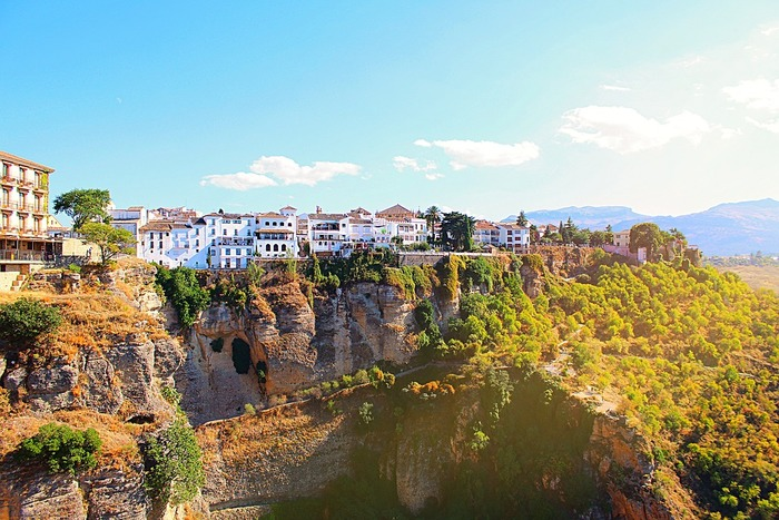 豊かな自然に恵まれているスペイン。降り注ぐ太陽に青い空。カラッとした空気とそこで暮らす陽気な人々に惹かれて、スペインにどっぷりハマってしまう人は少なくありません。 また世界遺産となっている建造物の数も世界トップクラス。スペインには各地に美しい景観が数多く存在しています。
