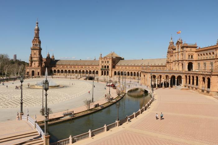 各都市それぞれに特色があるスペインは、目的地を1ヵ所に絞るのが難しい国。複数の都市を周る人が多いですね。 北部であれば、バルセロナ → ビルバオ → サン・セバスチャン。南部では、グラナダ → コルドバ → ミハス → セビリアが人気のコース。