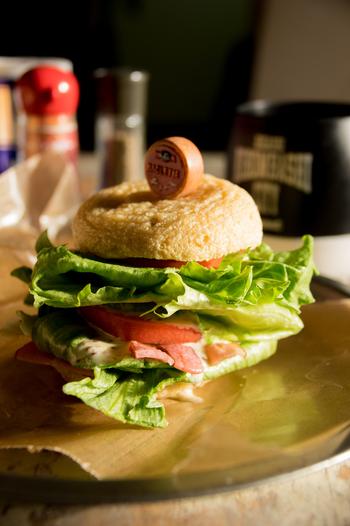 なんとバンズ代わりに、大きながんもどきを使用!低糖質のアイデアバーガーです。カリッとした食感で、パンとは違う味わいが楽しめます。