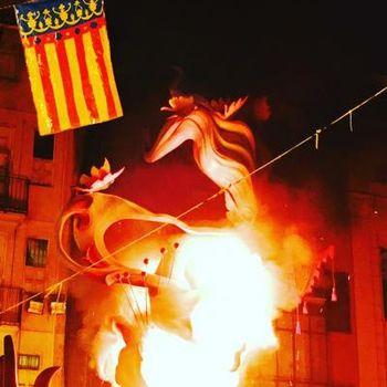 スペイン三大祭りの1つが、サン・ホセの祝日を祝うバレンシアのファジャス。1年をかけて作られる巨大な張り子の人形が登場するのですが、その大きさと手の込んだ仕上げに目を奪われます。そしてクライマックスは、お祭り最終日の深夜。なんと見事な人形が次々に焼かれていきます。大迫力の光景です!
