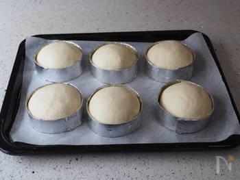一次発酵を終えたパンだねを、牛乳パックで作ったセルクルに入れます。35℃程度の超低温のオーブンに入れ、二次発酵させます。
