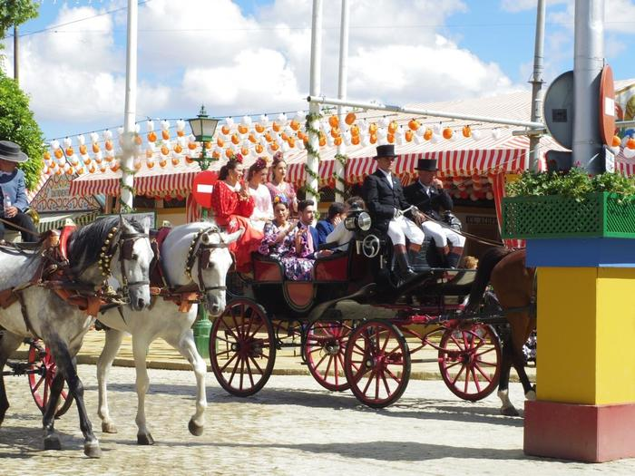 スペイン三大祭り、続いては華やかな春の祭典。みんなでセビジャーナスを踊るセビリアの春祭りです。セビジャーナスはアンダルシアの民族舞踊。女性たちは大きな花を飾ってヒラヒラと可愛らしい衣装でやってきます。伝統的なパレードは見ごたえがあり、独特の装飾や屋台は春らしくにぎやか。明るい楽しさにあふれたお祭りです。