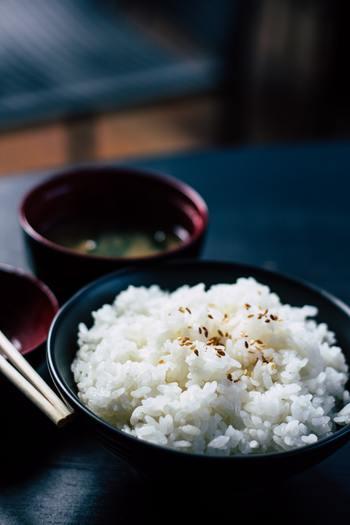 米飯や麺、パンなどの原料である穀類には、エネルギー源となる糖質が多く含まれます。また脂質や栄養価の高い乳製品も白の食材です。  【白色の主な食材】 パン、ご飯、うどん、白身魚、豆腐、牛乳、生クリーム、ジャガイモ、なす、タマネギ、大根、バナナ、りんごなど。