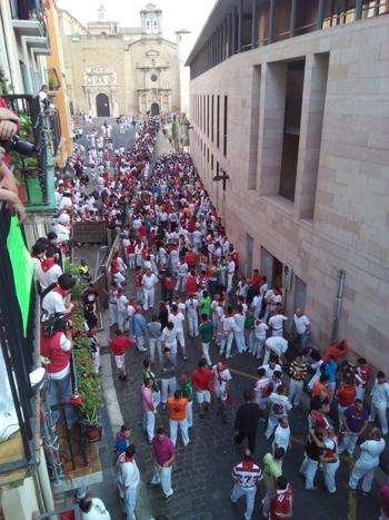 スペイン三大祭のもう1つが、サン・フェルミン。世界中から100万人集まるという牛追い祭りです。闘牛の国スペインらしい情熱的な行事ですが、参加するのは危険ですね。