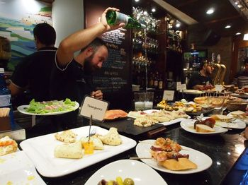 星付きレストランや技術の高い創作料理店が密集しているサン・セバスチャン。旧市街でのバルを巡れば、スペインの食文化を満喫できる最高のグルメ体験ができます。