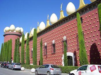 インパクト大!の外観。こちらは、型破りな独自の世界観を持つ奇才サルバドール ダリの美術館。バルセロナから高速列車で約1時間、フィゲラスの町にあります。ダリが愛した女性ガラの絵や、表現力にあふれたシュールな作品が多数。