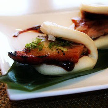 割包(グァパオ)とは、白い蒸しパンに料理をはさんで食べる台湾式バーガーのこと。トンポーロー(豚の角煮)のようなものがはさんであることが多いようです。こんなバーガーもたまにはいいですね。