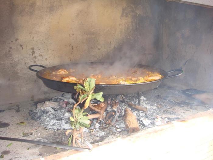スペインは食通が注目する美食の国。海の幸・山の幸を使ったタパスやピンチョスは日本人の口にも合います。パエリアの本場バレンシアでは、青空の下でおしゃべりを弾ませながらパエリアを食べるのが伝統。いつでも食の周りには人の輪があり、仲間との時間には食があるというのが、スペインなのです。