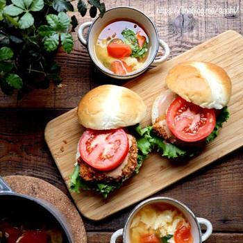 鶏むね肉を叩いてバッター液に浸け、パン粉をまぶして揚げます。フレッシュな野菜とバーベキューソースを合わせれば、贅沢なチキンカツバーガーの完成です。