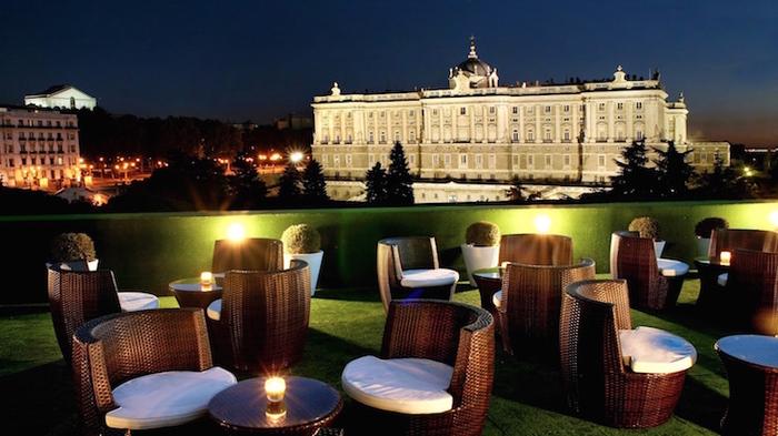 ヨーロッパの中でも最大級の床面積を持つマドリード王宮。ここまで来たらぜひ内覧してください!歴代王がコレクションしていたインテリア雑貨や豪華な家具は、ため息がこぼれるほどの美しさ。現在でもスペイン王が式典で実際に使用している空間もあります。 この写真は近隣のホテル屋上からの風景です。夜はライトアップされ、厳かで幻想的。