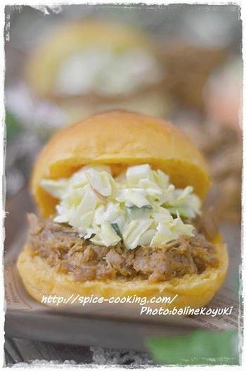 プルドポークは、アメリカで親しまれている、豚肉を裂いて使う料理。このレシピでは、圧力鍋を使って柔らかく仕上げています。裂いたお肉にソースがよくからんでとてもおいしいです。