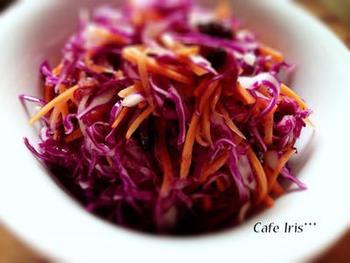 ハンバーガーをよりおいしく見せてくれるサイドメニュー。こちらは、彩りの美しさとともに、栄養を補ってくれる紫キャベツのコールスローです。