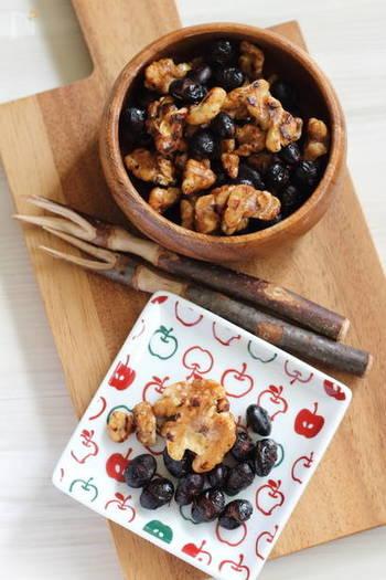 【フライパンで3分!おつまみ胡桃&黒豆】 手が空いた時に作っておくといつでも気軽に食べられる、黒豆と胡桃の健康おやつです。砂糖と醤油の甘辛い味は、きっとみんな大好きなはず。