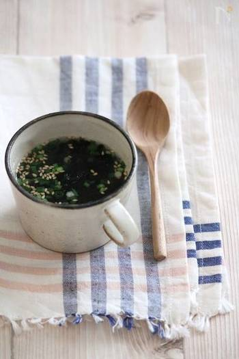 【即席焼き海苔カップスープ。】 カップに材料を入れてお湯を注ぐだけで完成する、焼き海苔のスープです。海苔をそのまま食べるより簡単にたくさん摂れ、消化も良いのが嬉しいですね。