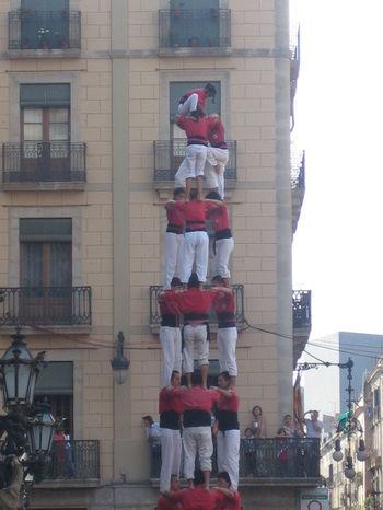 聖女メルセを祝うメルセ祭りは、バルセロナの最大行事。観衆のドキドキと感動を集める一番の見どころが「人間の塔」です。チームごとに組み上げられるこの「人間の塔」は、力、バランス、勇気、知恵・共通意識がすべて揃うことが完成のためのモットーなのだそうです。