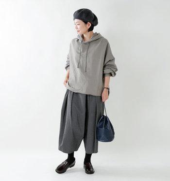 袖元がボリュームたっぷりのグレーパーカーのコーデ。他のアイテムも、グレーやブラックなどのダークトーンで合わせていて大人の雰囲気たっぷりです。ダークトーンで合わせる時は、重たくなり過ぎないように足首を見せたり、小物使いでポイントを付けるのがおすすめです。