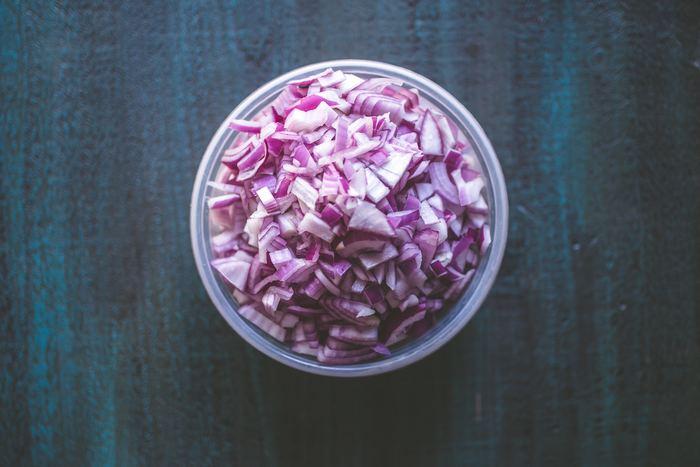 刻んだ玉ねぎをお皿の端に小鉢に盛って置いても素敵ですが、お料理によってはパラパラと散らして楽しむこともできます♪ 紫玉ねぎは色鮮やかなのでお料理がとても華やぎますが、一般的な白い玉ねぎでも十分おしゃれ映えしますよ。