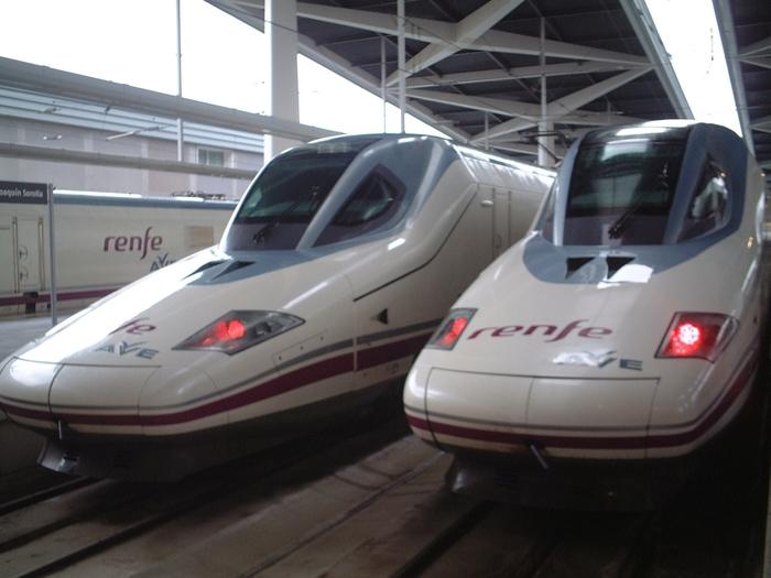 スペイン国内の移動には、国鉄renfeが運行している高速列車AVEが便利です。バルセロナ~マドリード間なら3時間ほど。スペインは高速道路も利用しやすいので、車をレンタルしてみてもいいですね。