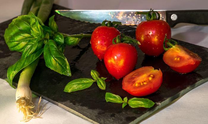 いつものお料理に早速取り入れたい、野菜のあしらい術は見つかりましたでしょうか?いつもと切り方を変えてみたり、のせ方を工夫してみるだけでぐっと華やかに見違えますよ!まずは冷蔵庫のなかで余っている野菜で試してみて下さいね。