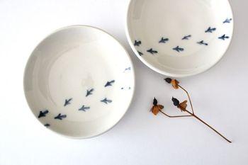 ペタペタとお皿を横切る鳥の足跡がアクセント。可愛らしい遊び心に思わず笑顔がこぼれる豆皿です。