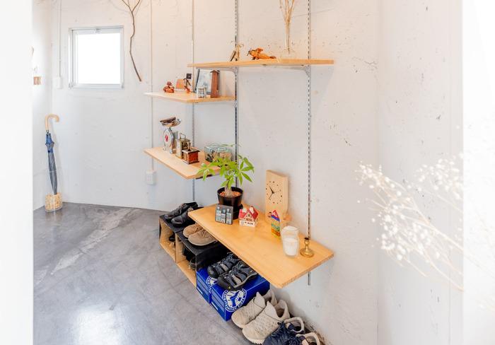 こちらは、広めの土間に作られた収納棚。棚にはお気に入りのインテリア小物が飾られ、その下にさりげなくスニーカーが並んでいます。箱なども利用して収納力をUP。シンプルなアイデアですが、整然として見えます。