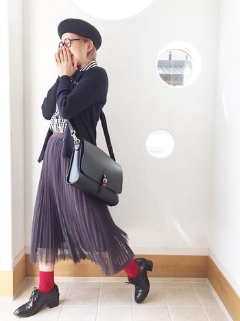 万能ブラックのカーディガンにはトレンドのチェック柄をINするだけで一気にこなれた印象に。チュール素材のプリーツスカートとレッドの靴下がプレッピーなアクセントとして活躍!