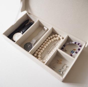 ニトリのアクセサリーボックスに、普段良く使うアクセサリーと一緒に収納。仕切りが設けられているので、中でごちゃごちゃにならず、出し入れもスムーズです。