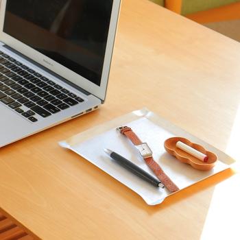 デスクの上に、日々よく使うアイテムだけを厳選してスタンバイ!ペン数本とメモ帳、印鑑、腕時計…など、小さめのトレーを活用すれば、移動する時もトレーごと一緒に移動も出来るので便利。こちらは、味わい深い銅製トレーと桜豆皿を組み合わせた収納スペース。 小さなトレーを組み合わせて、自分スタイルを見つけてみるのも楽しいですね!
