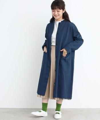 ネイビーのロング丈コートは、ワークテイストの強いボーイズライクなアイテム。大きめのポケットがワンポイントになっていて、ガーリーコーデに合わせても上品なコーディネートに仕上がります。