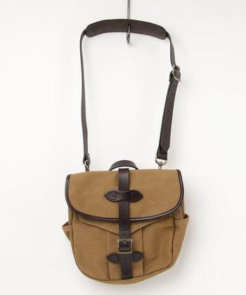 FILSONの定番『SMALL FIELD BAG』。丈夫で頑丈なコットン100%のキャンバス生地に、レザーベルトがアクセントになったています。ちょっとしたお出かけに便利な大きさで、フロントのポケットからさっと荷物も取り出せるので、使い勝手も抜群です。
