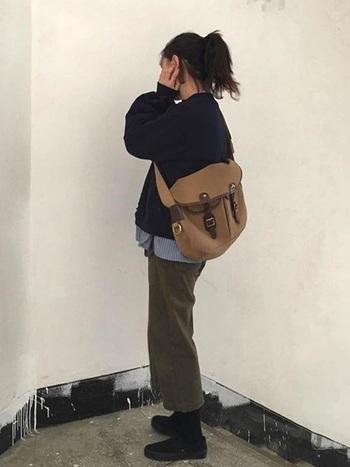 シャツ×カーキチノパンのカジュアルなコーデに、フィルソンのバッグを斜め掛けして。大きめバッグがアクセントになるので、カジュアルな着こなしを素敵に演出。