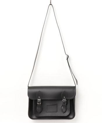 LABOUR AND WAITのサッチェルバッグ。クラシカルなイギリスの昔ながらの学生かばんです。世界のセレブが愛用したことから人気になったバッグは、たっぷり荷物が入り、実用性が高くお出かけに、デイリーにと幅広く使っていただけます。