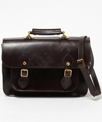 GLENROYALのサッチェルバッグは、イギリスらしいクラシカルな雰囲気が素敵です。大人の女性にも似合う上品な仕上がり。長く使う程に愛着の増すレザーで、マグネット仕様で使いやすさも◎。